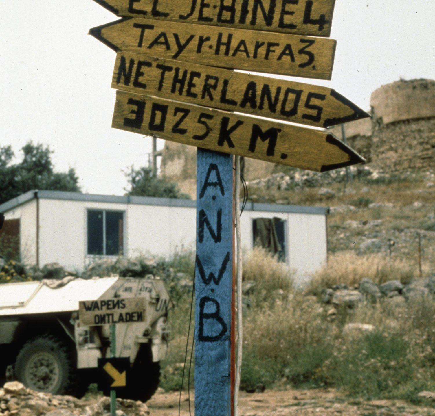 Nagemaakte ANWB wegwijzer met Libanon plaatsnamen en Nederland: 3025 km.